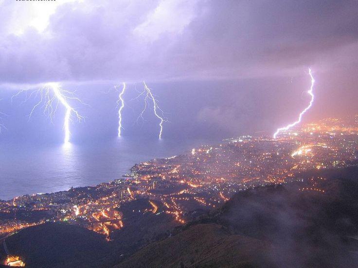 Una vera e propria tempesta di fulmini, (oltre duemila fulmini scaricati tra le province di Genova e La Spezia), accompagnata da violenti scrosci di pioggia, si è abbattuta la notte scorsa su Genova, causando diversi blackout e piccoli allagamenti di garage e scantinati. Genova si è ri