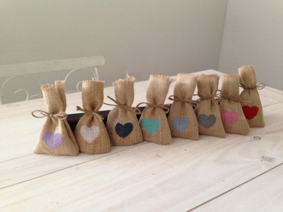 These little hessian bags are perfect for a wedding or party favor.    Measuring 13cm tall x 8cm wide.