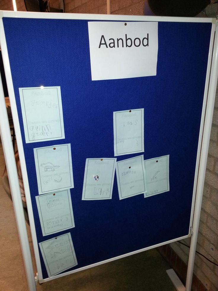 """De eerste """"Vraag en Aanbod"""" kaarten hangen. We werken met alle kinderen aan het #Jeelo-project """"Omgaan met geld"""" op basisschool #Hartenaas."""