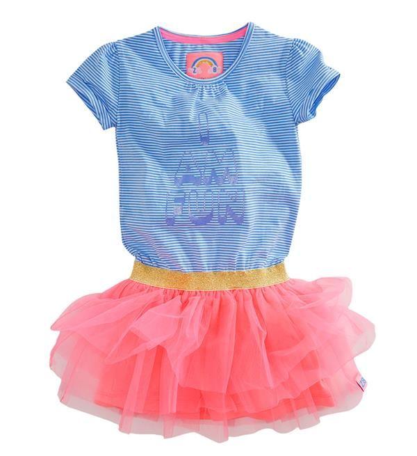 Z8 jurk Dena met de tekst print I am fun! Dit jurkje is dan ook één en al fun met de tonal glitterprint op de allover gestreepte jurk, een gouden glitter elastiek in de taille en de hot pink tule rok.