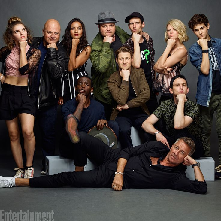 #Gotham stars sitting pretty #EWComicCon LOOK AT HOW FABULOUS ALFRED IS MY GOD