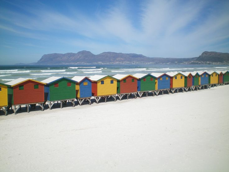 Die farbenfrohen, kleine Häuschen am Surfstrand Muizenberg sind dank zahlreicher Bilder international bekannt.