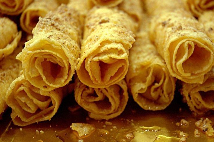 Παροδοσιακές δίπλες Μυρωδάτες, με μέλι και καρύδια.