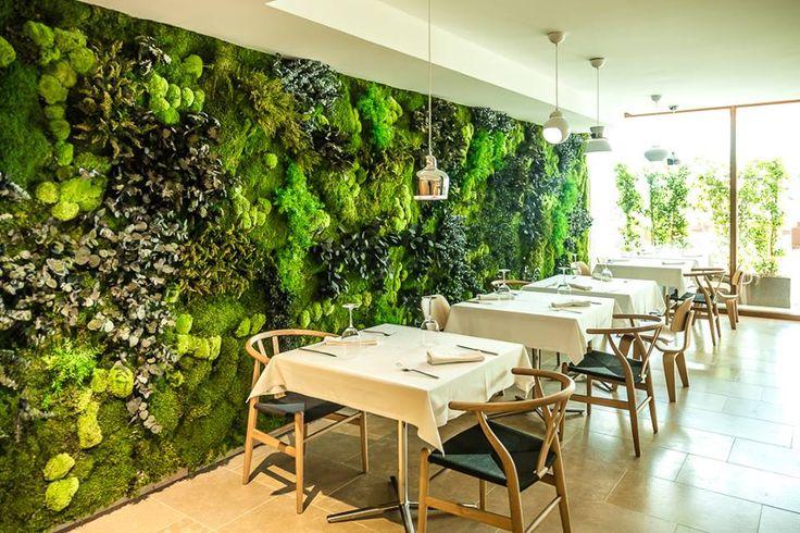 Mais um projeto com selo verde, Greenarea. Restaurante do Hotel OD Talatona, em Ibiza. #tracosinteriores #decoreri #greenarea #jardinsverticais #jardinsinteriores #jardiminterior
