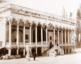 Çinili Köşk-Topkapı sarayı dahilinde bulunan Fatih Sultan Mehmed döneminde 1472'de yaptırılmış mimarı bilinmeyen köşk. 1737'de bir yangın sonrasında harap hale geldikten sonra köşkün cephe mimarisi önemli ölçüde değişikliğe uğramıştır. 19. yüzyılda bakımsız kalan köşk yüzyıl sonlarında müze olarak kullanılmıştır. 1910'da önemli bir restorasyondan geçen köşk uzun süre kapalı kalmış 1942 -1952'de süren tadilatlarda yapının önünde mevcut bulunan merdiven kaldırılmıştır...Sebah & Joaillier