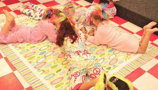 Las PIJAMADAS es otra forma de contagio porque las niñas comparten accesorios y duermen juntas en el mismo lugar.