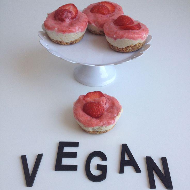 Vegan mini cheesecakes met aardbeien http://wateetjedanwel.nl/vegan-mini-cheesecakes-met-aardbeien/
