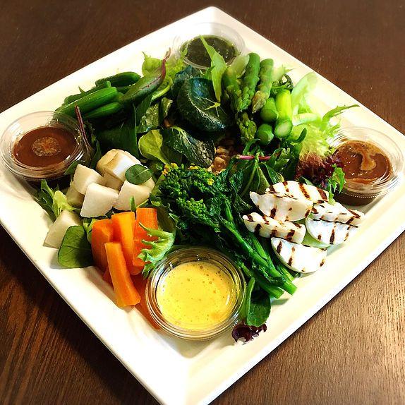 Private Chef 出張シェフ(wataru sumiya)☆ケータリング&デリバリー フード 無農薬野菜と3種のディップ  (にんにく味噌・バーニャカウダ・バジル) 野菜は、シェフの実家の父、知り合いの 農家さんから譲ってもらっている無農薬のこだわりの野菜です。   野菜は、畑の状況によりベストなものをお届けいたします。 葉物にいくつかの野菜をトッピングします。 新玉ねぎのグリル・人参のロースト・アスパラ・スナップエンドウ ブロッコリー・グリーンサラダなど