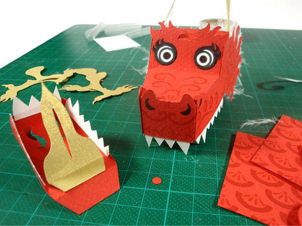 Pour fêter le Nouvel An chinois, sous le signe du Dragon, l'illustratrice allemande Tina Kraus a réalisé une superbe marionnette en papier. Déclinée dans 4 coloris (bleu aqua, vert, rouge, et blanc), ce dragon articulé devrait chasser les plus mauvais…