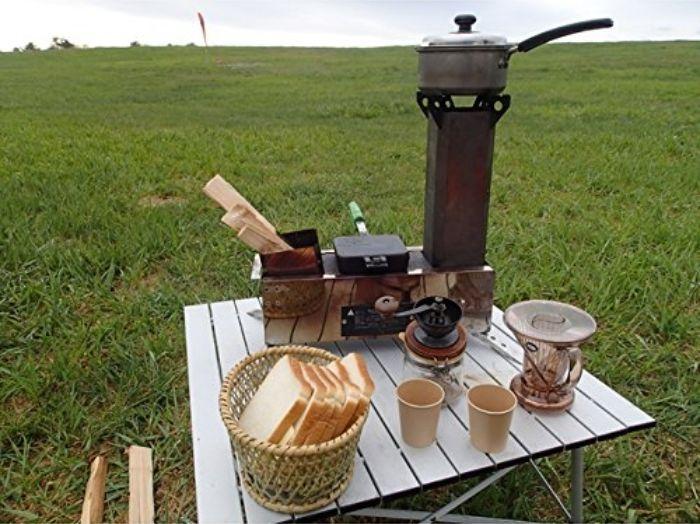 薪で火を起こすことが出来る携帯型のロケットストーブ「マキコン」のご紹介。ガスやアルコールを使わないので燃料代が節約できるエコなストーブです。ツーバーナーなので、ご飯と汁物を同時に作れるところもポイント高め。1