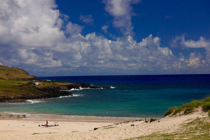 Plage de sable blanc d'Anakena, île de Pâques / Anakena beach on Easter island