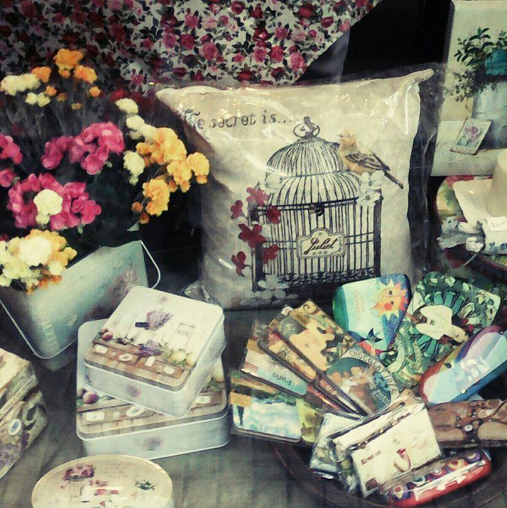 Μια άποψη της βιτρίνας μαξιλάρι στόφα, νεσεσερ και κουτιά 🌻
