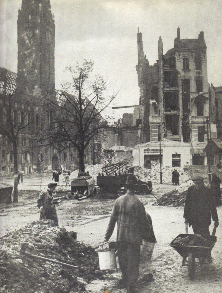 Berlin 1945: Vor dem Charlottenburger Rathaus, Mai 1945.