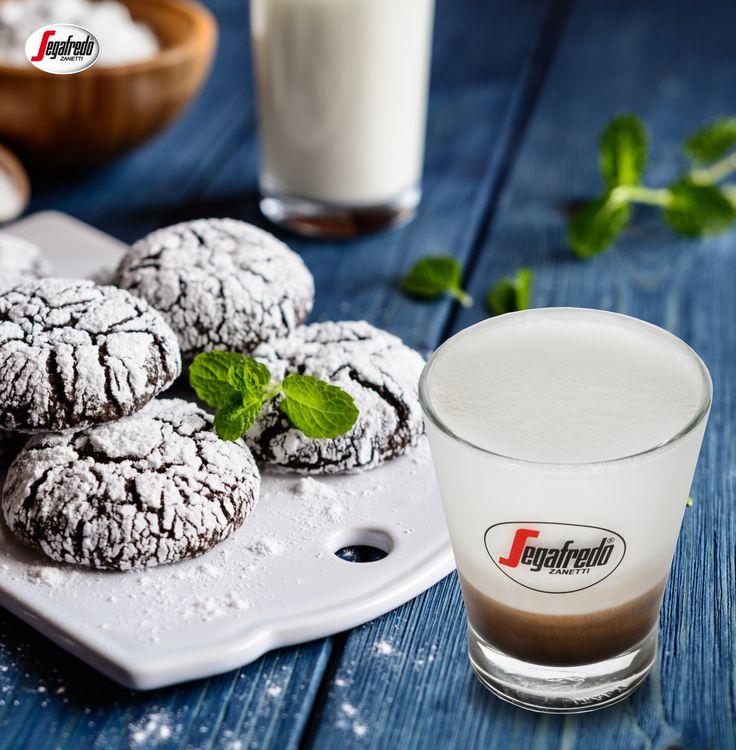 Czekoladowe ciasteczka obficie posypane cukrem pudrem? Doskonałe zbalansowanie słodkiego smaku zapewni Monte Bianco - espresso z dodatkiem spienionego na gładką piankę mleka. #segafredo #segafredozanetti #segafredozanettipoland #montebianco #cookies #ciastka #coffee #kawa #coffeelovers