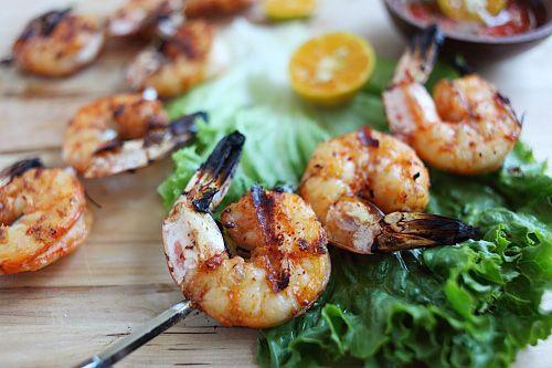 Camarones a la parrilla, marinados en salsa de pescado, ajo y lima, con un toque de hierba de limón una eceta deliciosa!!! www.lacanaperia.com