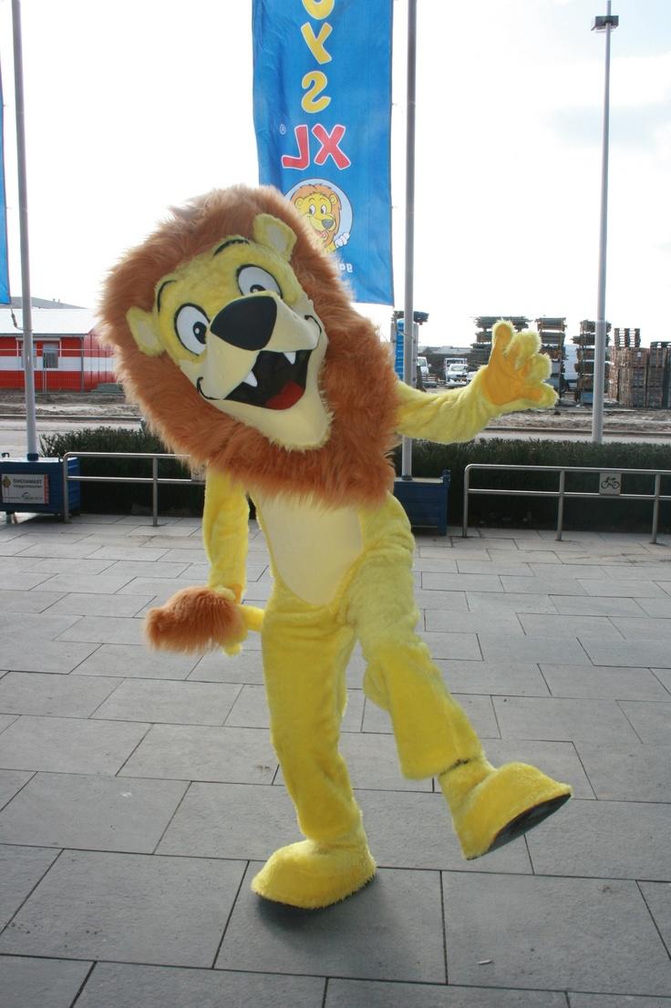 Mascotte Japie de Leeuw is regelmatig in een van de speelgoedwinkels te vinden!