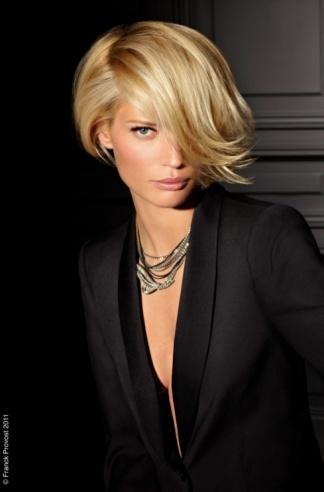 Cheveux blonds courts au carré
