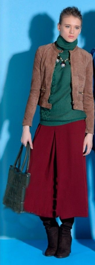 Красная юбка, зеленый пуловер, зеленая сумка, коричневые сапоги