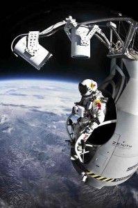 Felix Baumgartner se convirtió hoy en el primer hombre que rompe la barrera del sonido en una caída libre, además de superar el salto de mayor altura y el vuelo tripulado en globo aerostático que más se ha alejado de la tierra.