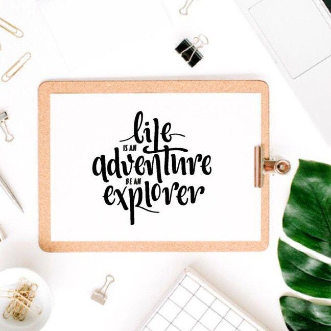 Ansichtkaart Adventure Life is an adventure, be an explorer. Erg leuk in een lijstje, kaartenhouder of aan de muur met washitape. Ontwerp van Mariel