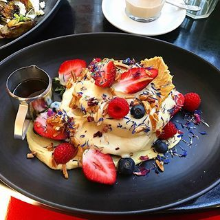 Vegan pancakes! Heaven on a plate with 2 angels for company #Bondi #hipster #vegan 🍯🥞🍓
