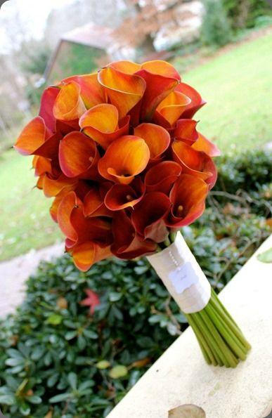 bouquet calle arancioni -- (esempio divertente: se le bridesmaids sono in arancione, potrebbero avere bouquerini di calla bianca, ovviamente si può fare lo stesso gioco con gerbere o rose che entrambe esistono nei due colori). Bella la calla per la chiesa ipermoderna del Giò Ponti !