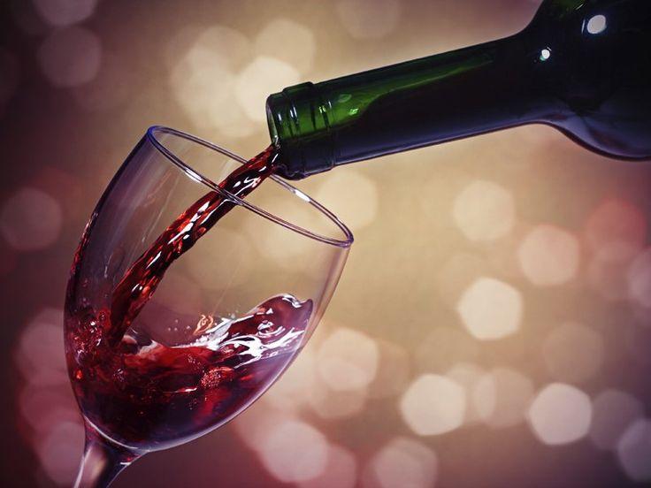 """Quer impressionar seus amigos em um jantar e fazê-los gostar mais da bebida que está sendo servida? Então diga que o que eles estão tomando custou caro. Pelo menos é o que diz um estudo publicado no """"Journal of Marketing Research"""", que indica que o cérebro aprecia melhor a bebida ao acreditar que o preço dela é mais elevado."""