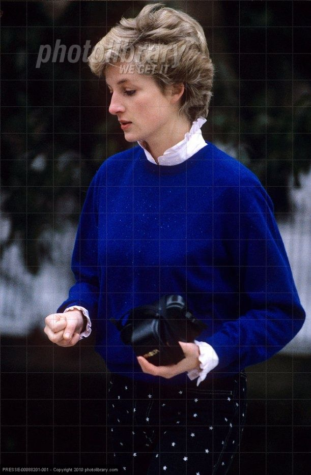 1987 01 10 Diana, camera in hand, took a walk around Park House where she grew up, on the Sandringham Estate