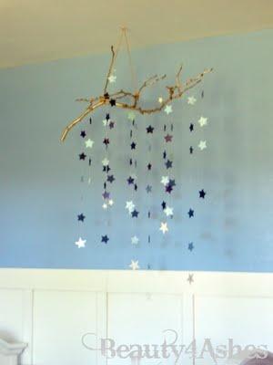 Mobile facile : dorer une branche, découper des étoiles, les attacher.