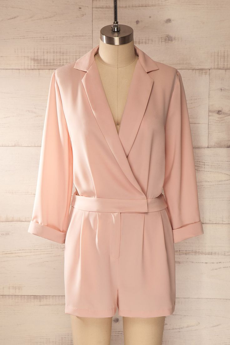 La douceur et la force se mêlent dans ce vêtement, qui vous donnera l'impression de jouer le rôle de l'une des Drôles de Dames de Charlie ! Sweetness and strength mingle in this garment that will make you feel like one of Charlie's Angels! Baby pink low-cut romper www.1861.ca
