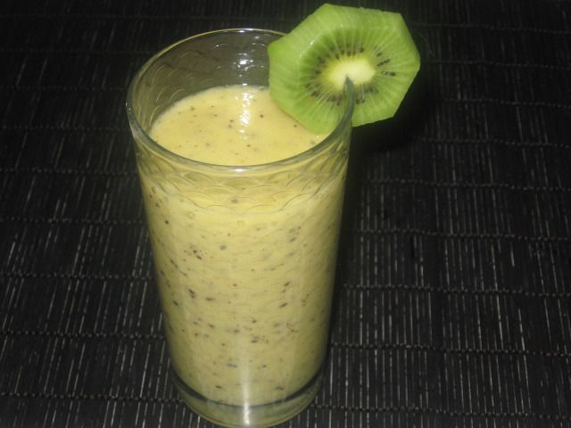 7 kiwi    1 banana    spremuta di arancia    1 cucchiaino raso di zucchero di canna