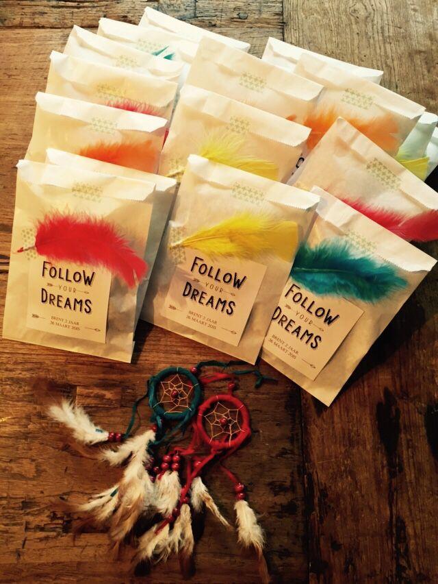 Traktatie kinderdagverblijf Indianenthema: dromenvangertjes en doosjes rozijntjes met indianenveertjes