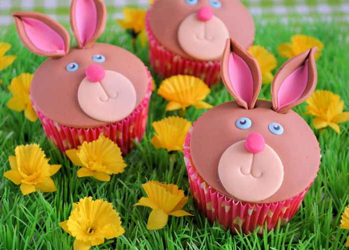 Met deze duidelijke how to maak je met het grootste gemak een hele serie van deze vrolijke konijnen cupcakes.