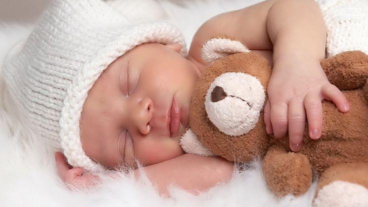 Les nouveaux-nés devraient dormir dans la chambre parentale dans un berceau pour minimiser les risques de mortalité liés à la période de sommeil, comme le