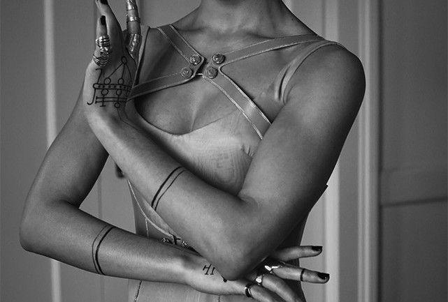De mão cheia: a moda da vez é preencher os dedos com múltiplos anéis » Harper's Bazaar