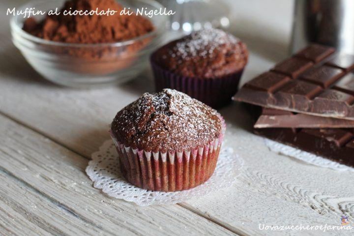 Muffin al cioccolato di Nigella - la ricetta per muffin perfetti250 g di farina 00 250 g di latte intero alta qualità 1 uovo 175 g di zucchero 80 ml di olio di semi di arachide 150 g di gocce di cioccolato 20 g di cacao amaro mezza bustina di lievito per dolci aroma di vaniglia (semi di bacche) 3 gr di bicarbonato un pizzico di sale zucchero a velo per la decorazione finale
