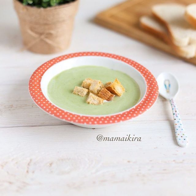 🍥Обед от Оли @mamaikira  Суп-пюре сливочный из брокколи  Семейная порция ✅СОСТАВ: 1000 мл воды 400 гр брокколи 1 лук-порей (белая часть), либо 1 репчатый 250 гр картофеля (около 5 шт) 200 мл 10% сливок (можно заменить молоком) 1 зубчик чеснока Соль, щепотка майорана ✅ПРИГОТОВЛЕНИЕ:  1. В кипящую воду кладем порезанный крупно картофель и лук, варим после закипания на медленном огне до мягкости картофеля. 2. Кладем брокколи, измельченный чеснок (по желанию) и варим мин мин 7 до…