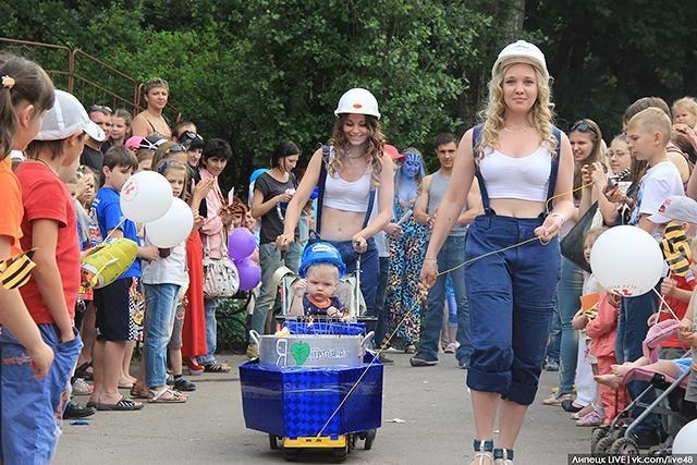 Лесбийская пара из Липецка на параде детских колясок