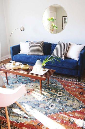 深いブルーのソファはシンプルなデザインでも存在感バッチリ!落ち着いたカラーなので、カラフルなラグにもよく馴染みます☆