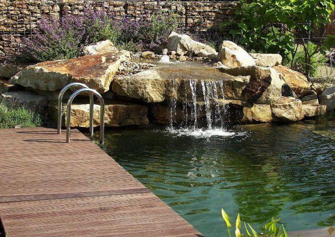 Hier wird das Wasser über einen kleinen Wasserfall eingespeist.