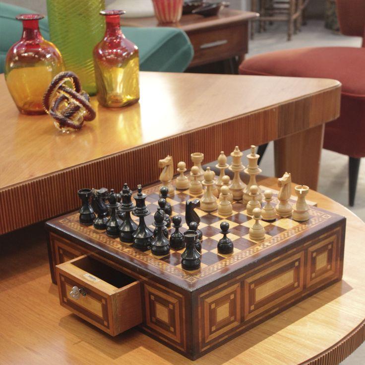 Caixa de xadrez marchetada em jacarandá e faia, original de época, Brasil. | Original vintage Brazilian jacaranda and faia wood marquetry chess case, Brazil.