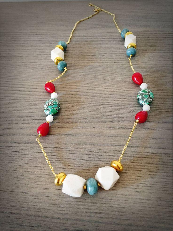 Collana catena dorata con pietre dure colorate corallo bianco agata colorata e angelite di LesJoliesDePanPan su Etsy