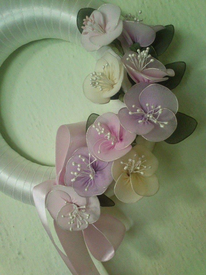 Kurdele Nakışı: Çorap çiçeklerle kapı süsü yapımı.