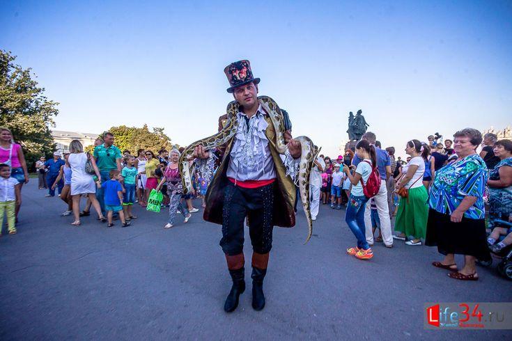 Цирковая кавалькада, арбузный фестиваль и фестиваль сладкоежек https://l34.news/2016/08/tsirkovaya-kaval-kada-arbuzny-j-festival-i-festival-sladkoezhek/  Лето подходит к концу, но впереди нас ждут последние летние выходные. Спешите порадовать себя отдыхом и совершить в эти дни прогулку по городу. А предстоящие мероприятия смогут разбавить ваш досуг. Мы вам поведаем куда пойти и, на что посмотреть. Начнем с того, что уже сегодня 26 августа, в 17:00 в Центральном районе Волгограда состоится…