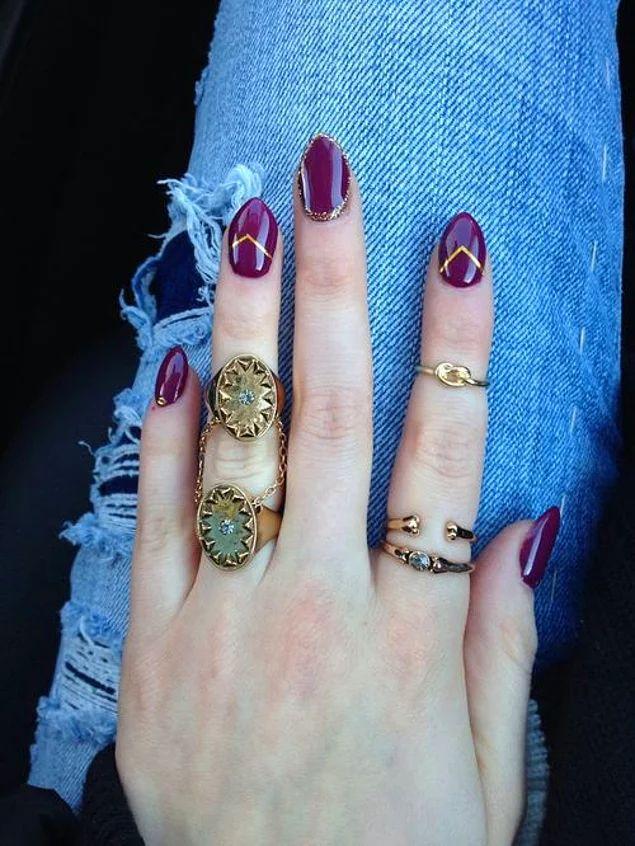 Золотистые полоски почти идеально повторяют форму ногтей