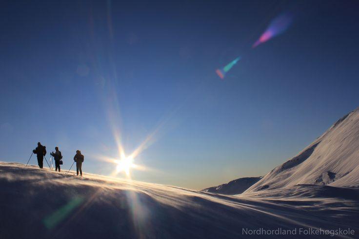 Nordhordland Folkehøgskole. Skitur i fjellet. Greit vær.