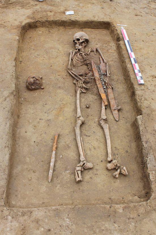 Tombe d'un guerrier mérovingien, fin 6e début 7e s., Eckwersheim (Bas-Rhin), 2010 (ligne LGV Est). Chef inhumé dans un cercueil en bois avec ses attributs : épée, lance, umbo de bouclier, scramasaxe (long couteau de combat à un seul tranchant d'origine germanique). À mesure que se sont développés les rites chrétiens, la pratique de l'inhumation habillée s'est raréfiée, jusqu'à disparaître à l'orée du 8e s.