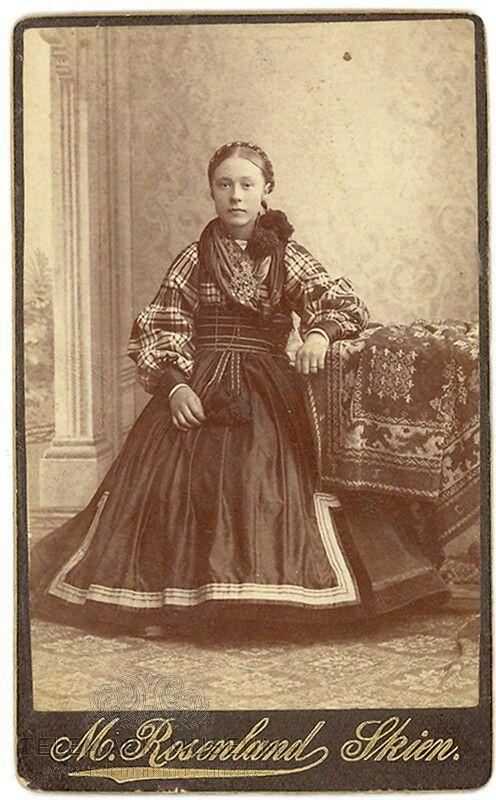 Ung jente i beltestakk ca.1885 med rutete skjorte