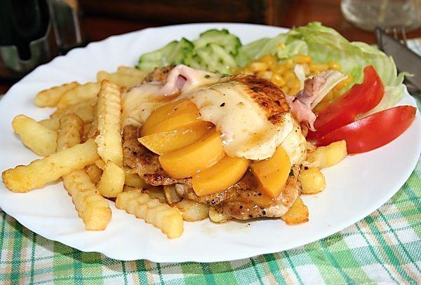 Přírodní kuřecí řízek s broskví a sýrem