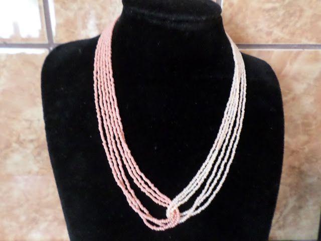 SERIE LIMITATA  (5 bucati/combinatie).  Colierele Ombra sunt facute in serie limitata, din doua bucle a cate trei siruri de margele de nisip de 2 mm, in doua nuante ale aceleiasi culori.   Aceasta este varianta in doua nuante de crem-roz-piersica.  Colier handmade, simplu, elegant si diafan, din margele de nisip de 2 mm, in doua nuante de crem-roz-piersica.  Se inchide cu togle argintiu. Lungime 55 cm.